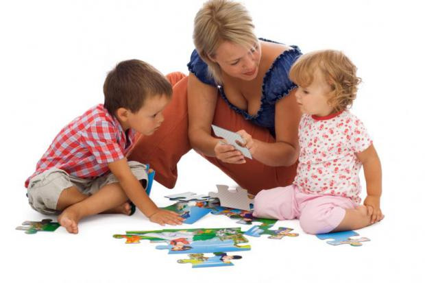 гувернантка учит детей на примере развивающих игр