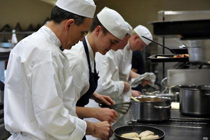 Работа поваром требует физической подготовки