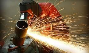 сварщик работает за границей на стройплощадке