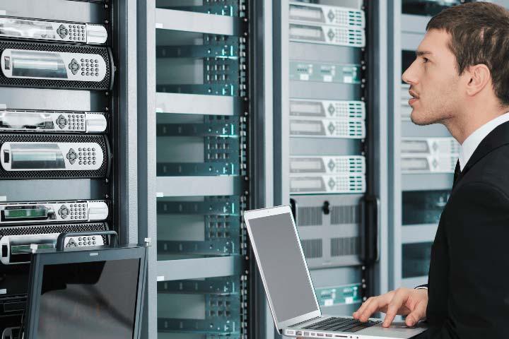 it специалист делает проверку серверов