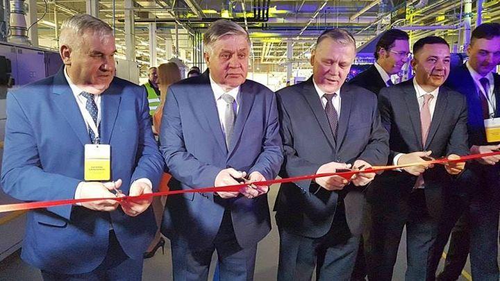открытие табачной фабрики - президент британской американской табачной торговли и представители органов местного самоуправления