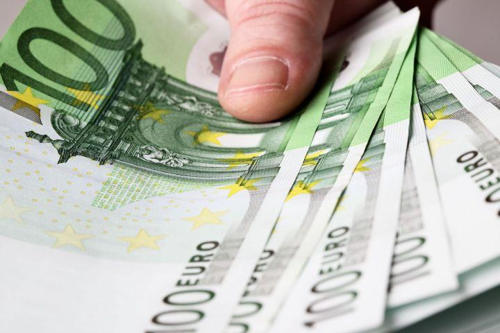 средний заработок  5000 евро
